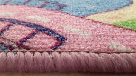 Детски килим Сладък град за момиче със свежи и ярки цветове