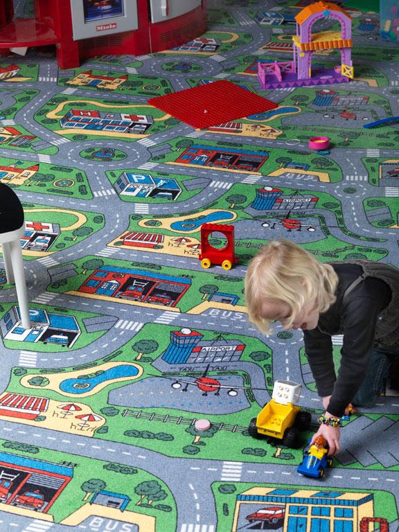 Истинско забавление за децата върху детски килим на пътища City Life