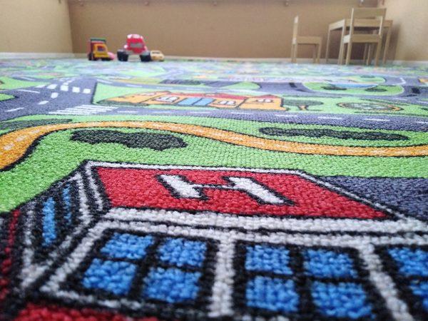 Ярки и наситени цветове по детски килим на пътища City Life